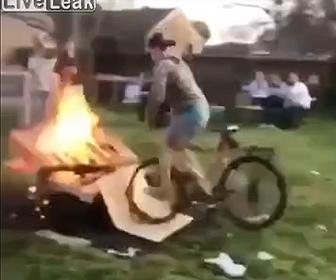 【衝撃】自転車で炎に突っ込んで行く少年がヤバい