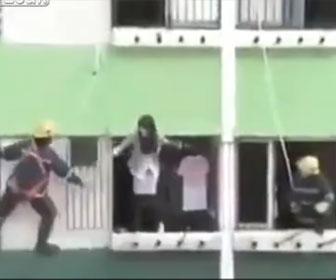 【衝撃】窓から飛び降りようとする女性をレスキュー隊が必死に止めるが…