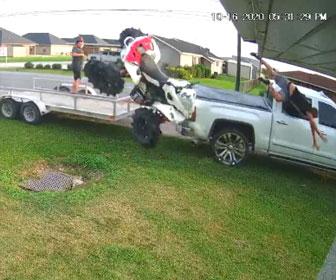 【衝撃】積車トレーラーに四輪バギーを乗せようとするが失敗し…