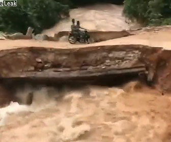 【衝撃】2人乗りバイクが橋を渡るが濁流で橋が崩落し…