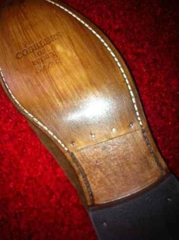 En sko som halvsulats, där man alltså lämna midjan och bara byter delen som är i backen. Bild: St. James Style