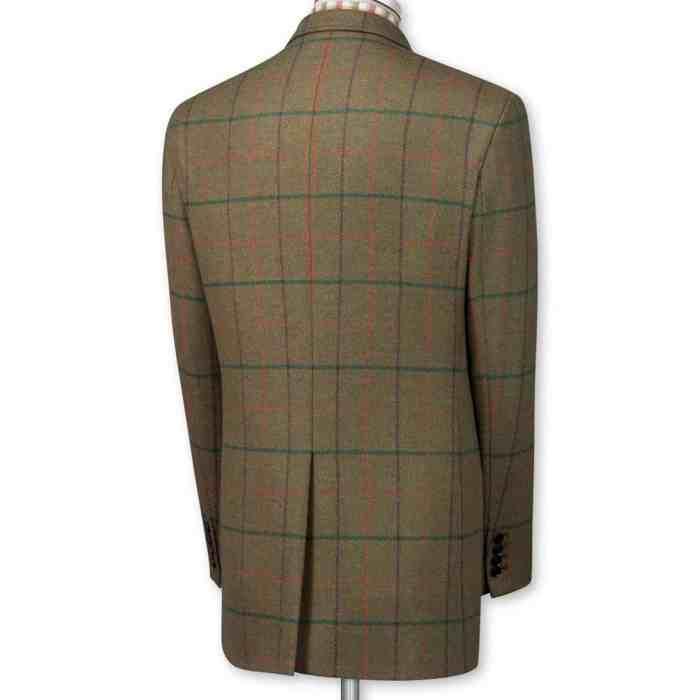 Tweedkavaj i färg passande för fasanjakten. Med enkelt sprund bak, vilket är vanligt bland brittiska tillverkare: Bilder: Charles Tyrwhitt