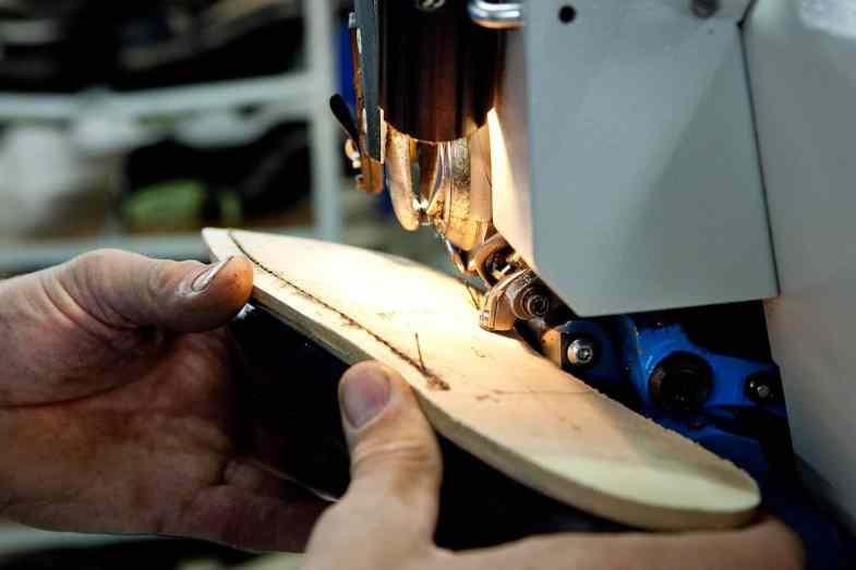 Här sys en sko ihop med durksöm. Idag görs Blake-maskiner av i princip alla de stora tillverkarna av skomaskiner som finns kvar. Dagens maskiner är avancerade och riktigt snabba, men många tillverkare har kvar äldre maskiner som man servar och underhåller, och som kan hålla många år till. Bild: Romit