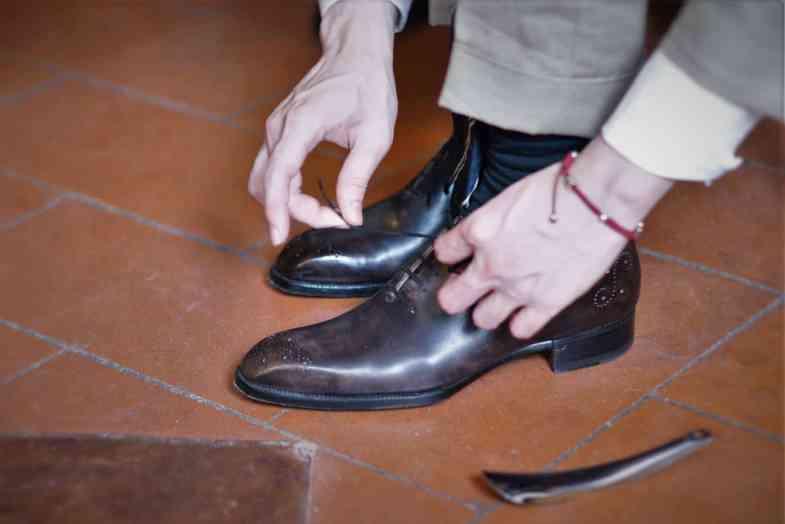 Färdiga skor provas hos Roberto Ugolini i Florens.