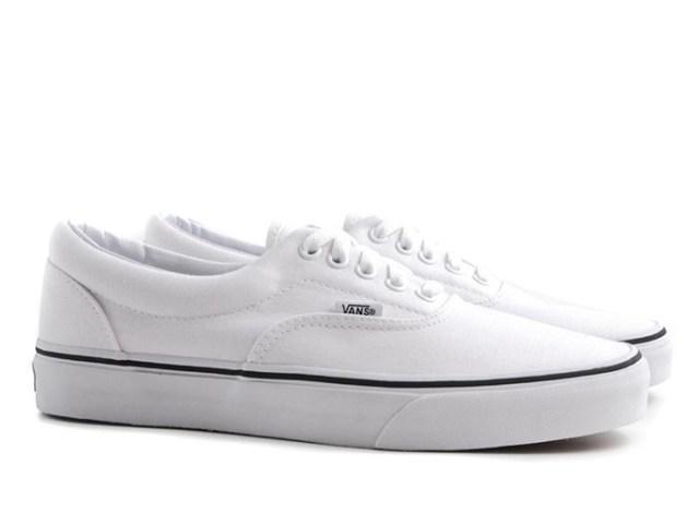 De witte sneaker: een echte mannen musthave. Lekker spierwit of donkerwit. Laat je inspireren door de witte sneaker, een echte mannen musthave.