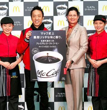 日本マクドナルド サラ・L・カサノバ社長(中央㊨)と筧利夫さん(同㊧)