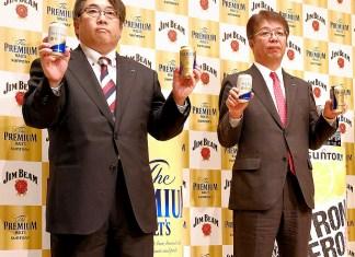 秀島誠吾・ビール商品開発研究部長㊧と山田賢治社長(サントリービール)