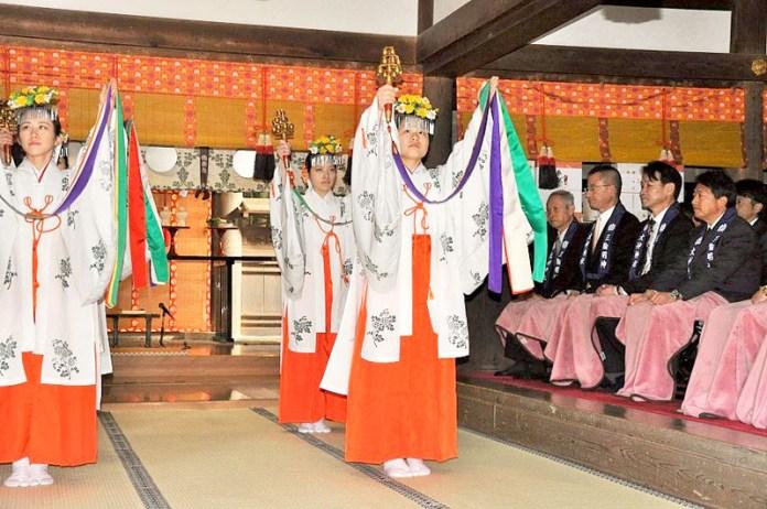 そうめん商戦の始まりを告げる「卜定祭」(5日、奈良県桜井市の三輪明神大神神社で)
