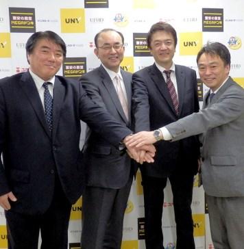 (左から)梅本稔氏、佐古則男氏、関口憲司氏、大橋展晴ドンキHD取締役兼ユニー社外取締役