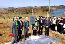 「神戸オリーブ園」の復活を祈念したモニュメントを進呈した(J―オイルミルズ)
