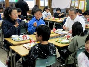 和食給食を楽しむ生徒ら