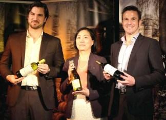 (左から)レミー・グラッサ氏、森本真紀ワイン事業部長、アルミン・グラッサ氏(ドメーヌ・デュ・タリケ サッポロビール)