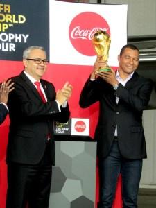 (左から)日本コカ・コーラのホルヘ・ガルドゥニョ社長、元サッカーブラジル代表のジウベルト・シウバ氏