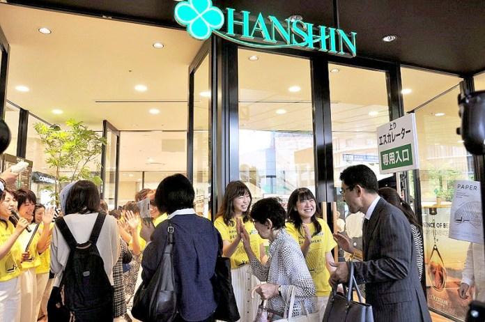 オープン初日は店員がハイタッチでお出迎え(阪神梅田本店一期棟)