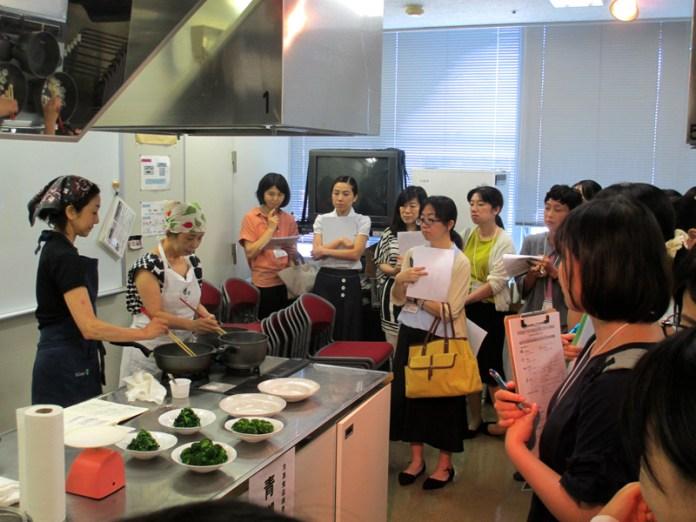調理実習の様子(学校給食での冷凍食品活用に向けた研修会~豊かな献立を実現するために~)