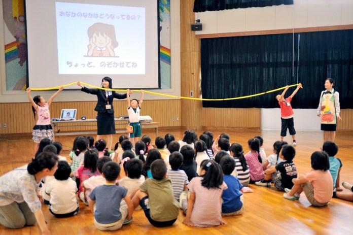 小学生を対象にした「出前授業」(ヤクルト本社)