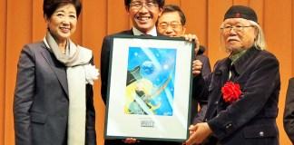 授賞式で(左から)小池百合子東京都知事、佐藤一仁執行役員(コカ・コーラ ボトラーズジャパン)、松本零士氏