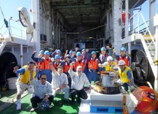 カプセル回収に成功したニッスイマリン工業の社員ら