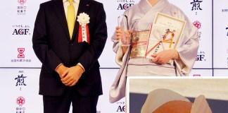 品田英明社長㊧(味の素AGF)と創作和菓子部門でグランプリの谷川イリーナさん(伊勢屋)。右下は谷川さんの受賞作「穏やかな珈菓」