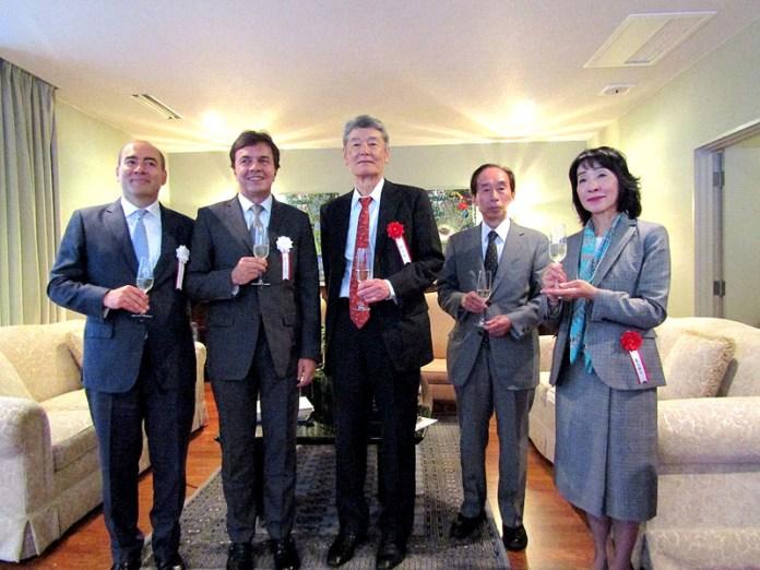 (左から)サンティアゴ・パルド事務局長、ロベルト・べレス総裁(以上 FNC)、野呂剛氏(元・三菱商事)、堀雄二郎社長(ハマヤ)、栗田鏡子社長(キャピタル)