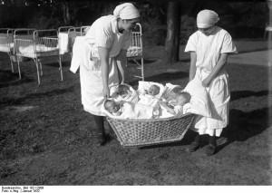 Babies, en masse, yesteryear