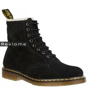 På nuværende tidspunkt er Dr Martens ruskindsstøvler at finde i netbutikken Eshoes.dk til 1.399 kr.