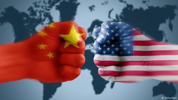 سنغافورة: التوترات التجارية بين الولايات المتحدة والصين تهدد بتمزيق الاقتصاد العالمي