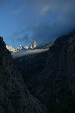 Clouds begin to obscure the Naranjo de Bulnes