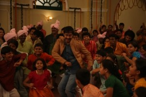 Ajay Devgn's Dance with 50 Children for Bum Pe Laat Song