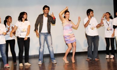 Shiv and Aditi with the students-showbizbites-01
