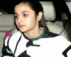 Pics: Alia Bhatt Spotted Without Makeup at Private Screening of Highway