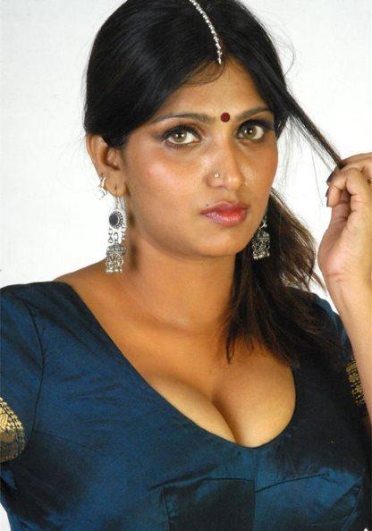 bhuneshwari-cleavage show-showbizbites-01