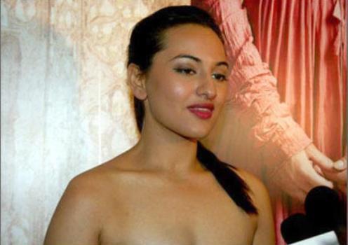 sonakshi showing deep cleavage-showbizbites-03