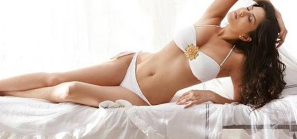 sunny's cleavage-ragini mms-showbizbites-05