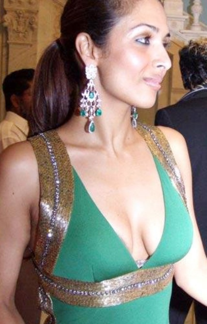 malaika arora hot cleavage-showbizbites-06