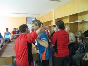 Andreas gratuliert Deniz nach dem großen Finale