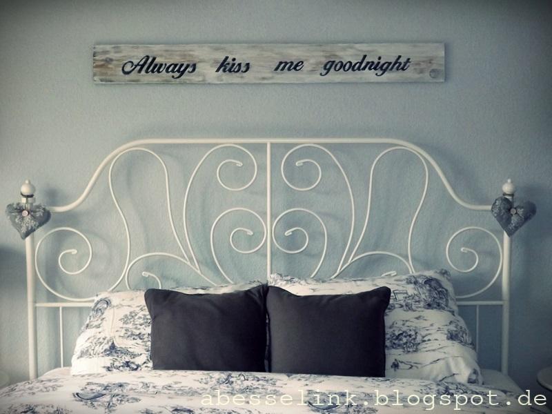 een romantische slaapkamer met hout elementen  Interieur
