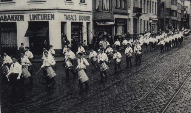 1957 Kliek straatoptreden Oostende