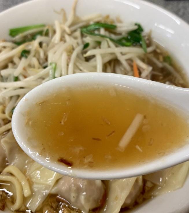 渋谷「喜楽」のもやしワンタン麺のスープ
