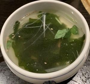 自由が丘の焼肉屋「漢江」の石焼ビビンバについているわかめスープ