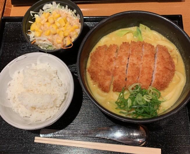 カレーうどん専門店「千吉(せんきち)」の千吉カレーうどんのライス・サラダ付き