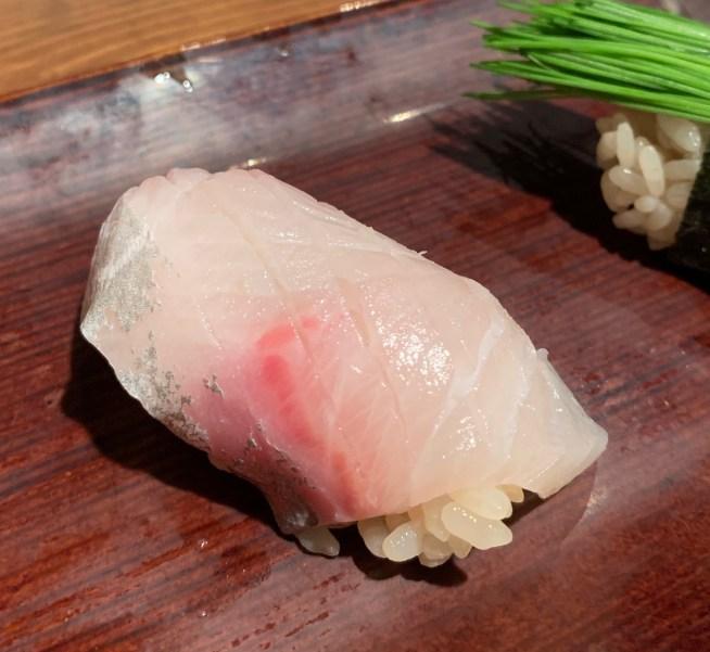 恵比寿にある寿司居酒屋「あげまき」のかんぱちの握り寿司