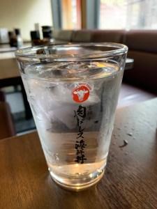 渋谷「吉祥寺 肉ドレス海鮮丼」の水