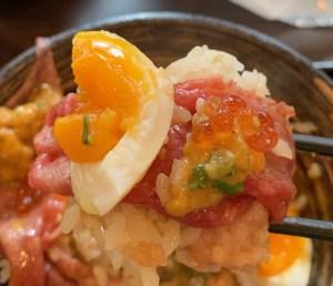 渋谷「吉祥寺 肉ドレス海鮮丼」の具全部盛りの一口