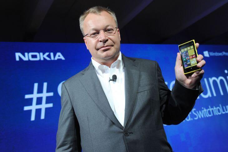 700 stephen elop with nokia lumia920 04 - Executivo-chefe da Nokia afirma que a empresa não é apenas fabricante de telefones