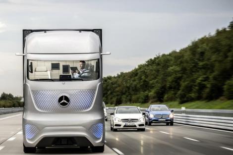 14c1049 13 - Mercedes mostra caminhão com tecnologia que permite dirigir sozinho