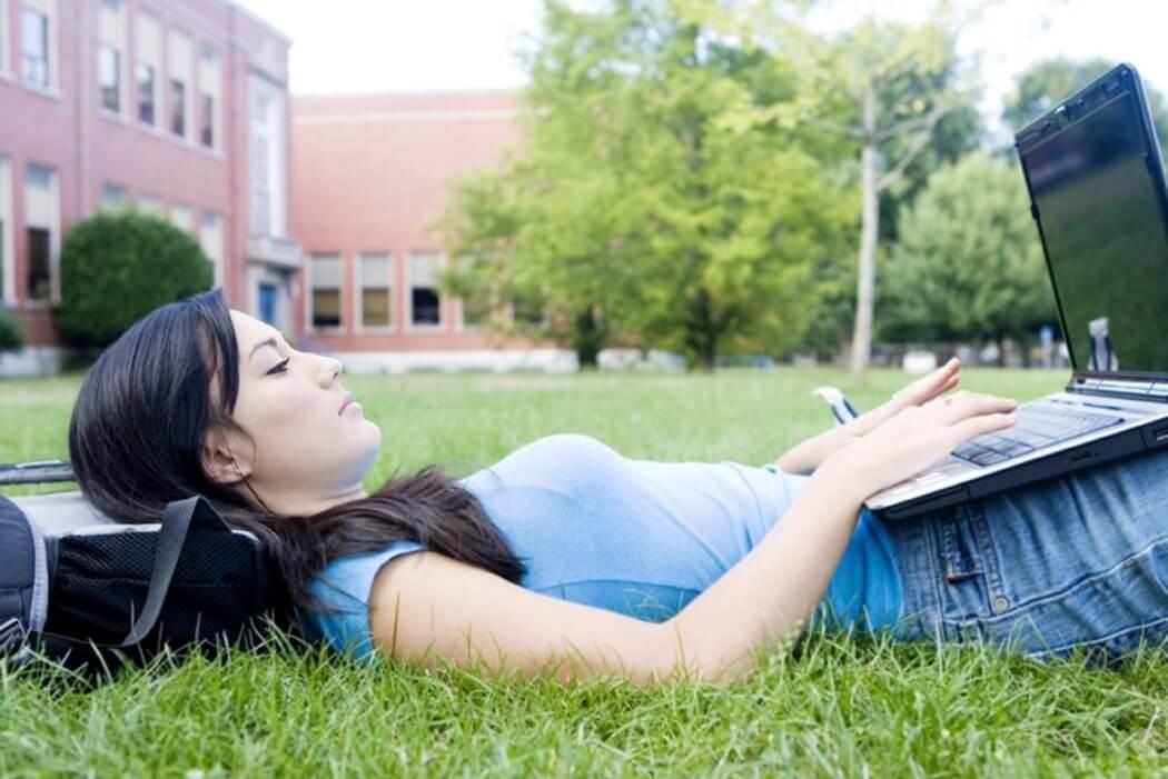 college student using laptop - 10 dicas para ajudar a proteger seu notebook em locais públicos