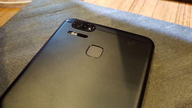zenfone 3 zoom preto - ASUS apresenta 2 novos smartphones na CES 2017