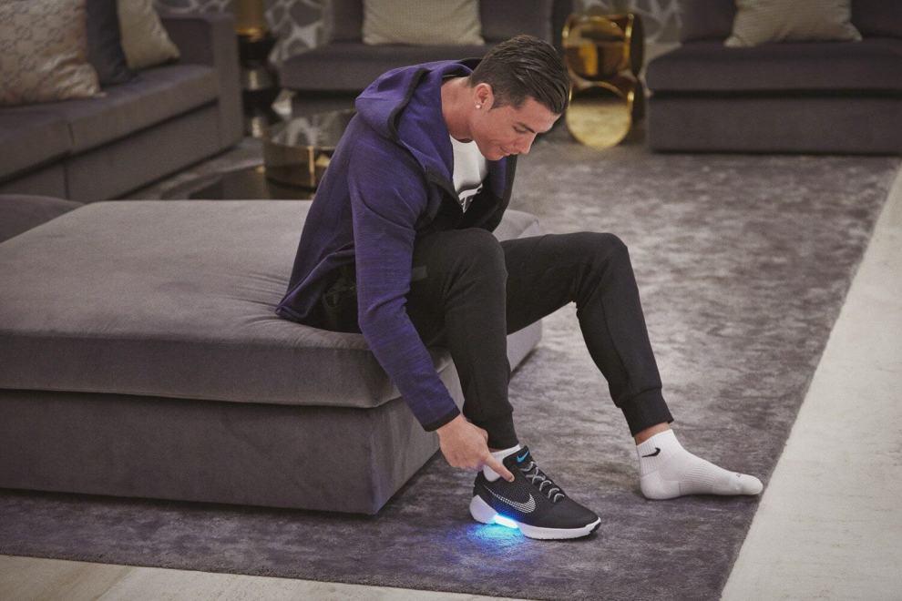 Cristiano Ronaldo HyperAdapt 1.0 1 - Nike HyperAdapt 1.0, o tênis que se amarra sozinho, chegará ao Brasil ainda este mês