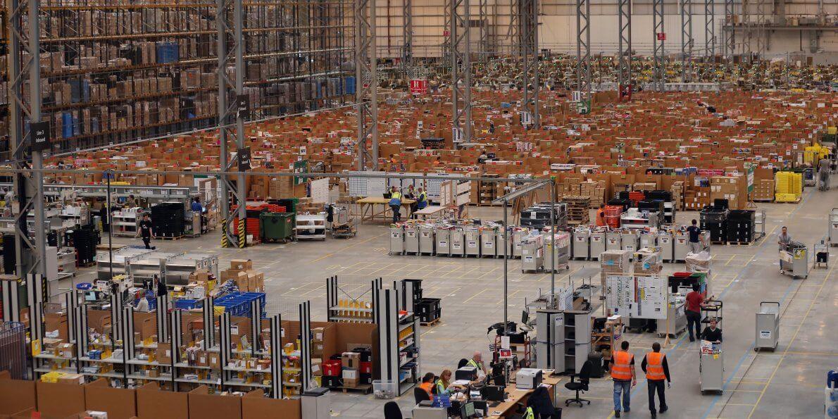 Imagem interna do setor de distribuição da Amazon.
